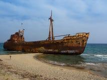 Roestige het aantasten Dimitrios schipbreuk op een zandig strand dichtbij Gythio, Griekenland stock foto's