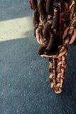 Roestige het leven koraalketting dicht omhoog In het havengebied Achtergrond stock foto