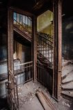 Roestige ijzer uitstekende treden met klinknagels in het oude verlaten herenhuis Stock Fotografie
