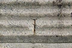Roestige ijzerbetonstaal die uit een oude concrete muur te voorschijn komen Royalty-vrije Stock Afbeelding