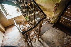 Roestige ijzertreden in het oude verlaten herenhuis Stock Afbeelding