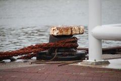 Roestige ketting van schip op een meerpaal in Habour van Scheveningen, Nederland stock afbeelding