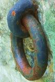 Roestige kleurrijke havenketting in bijlage aan cementblok Royalty-vrije Stock Foto