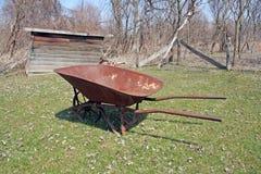 Roestige Kruiwagen Royalty-vrije Stock Foto's