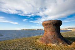Roestige meerpaal op een zeedijk royalty-vrije stock afbeelding