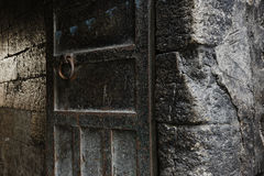 Roestige metaal en steenmuurachtergronden stock afbeeldingen