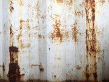 Roestige metaalachtergrond met oude lagen van witte verf De textuur roestte verschepende container Stock Foto