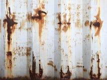 Roestige metaalachtergrond met oude lagen van witte verf De textuur roestte verschepende container Stock Fotografie