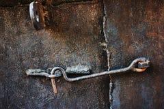 Roestige metaaldeur die op de haak wordt gesloten Royalty-vrije Stock Fotografie