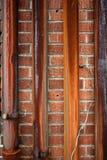 Roestige metaalpijp op rode bakstenen muur royalty-vrije stock afbeeldingen