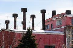 Roestige metaalpijpen over de oude fabriek Royalty-vrije Stock Afbeelding