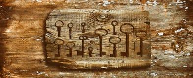 Roestige middeleeuwse sleutels op uitgeputte houten lijst Royalty-vrije Stock Afbeelding