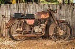 Roestige motorfiets stock foto's
