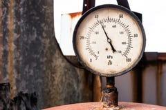 Roestige nanometer in oude fabriek stock afbeelding