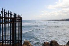 Roestige omheining op de strandboulevard royalty-vrije stock afbeeldingen
