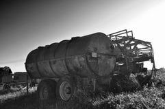 Roestige oud van Duitsland van de landbouwers uitstekende zwart-witte aanhangwagen nautre royalty-vrije stock afbeeldingen