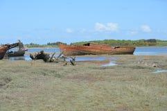 Roestige oude boot door de rivier stock afbeeldingen