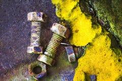 Roestige oude bouten en een oud polyurethaanschuim Stock Foto