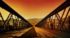 Roestige oude brug stock afbeeldingen
