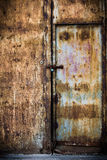 Roestige oude bruine metaaldeur Stock Foto's