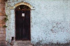 Roestige oude deur in binnenplaats Stock Foto