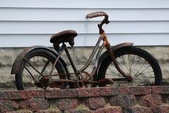 Roestige oude fiets Stock Afbeeldingen