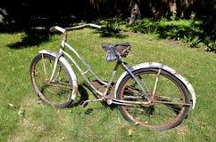 Roestige oude fiets Royalty-vrije Stock Foto's