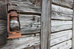 Roestige oude lantaarn op houten muur Stock Afbeeldingen
