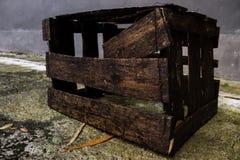 Roestige oude natte gebroken doospallet Stock Afbeelding