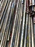 Roestige oude pijpen voor de bouw van steiger royalty-vrije stock afbeeldingen