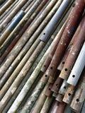 Roestige oude pijpen voor de bouw van steiger stock afbeelding
