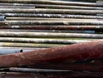Roestige oude pijpen voor de bouw van steiger royalty-vrije stock foto