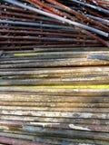 Roestige oude pijpen voor de bouw van steiger royalty-vrije stock afbeelding