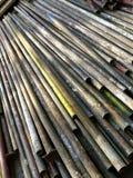 Roestige oude pijpen voor de bouw van steiger stock foto