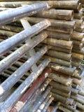 Roestige oude pijpen voor de bouw van steiger stock afbeeldingen