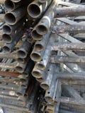 Roestige oude pijpen voor de bouw van steiger stock foto's