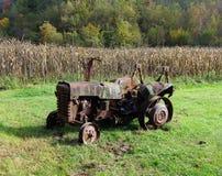 Roestige, oude tractor Stock Afbeeldingen