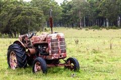 Roestige oude tractor op gebied Royalty-vrije Stock Foto