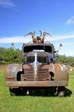 Roestige oude vrachtwagen met beeldhouwwerk op cabine Stock Foto