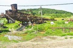 Roestige reusachtige machines in verlaten kolenmijn Zware industriebederf in Roemenië royalty-vrije stock foto's