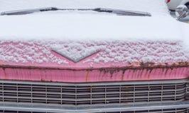 Roestige roze cadillac met behoefte aan wat TLC royalty-vrije stock afbeeldingen