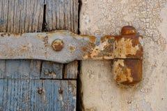 Roestige scharnier op oude houten deur Stock Fotografie