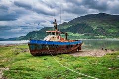 Roestige schipbreuk op kust in de zomer, Schotland, het UK stock afbeelding