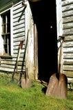 Roestige schoppen en kuilvoedervork Stock Foto's
