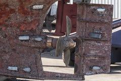 Roestige schroef van een schip stock foto's