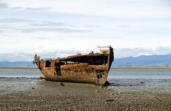 Roestige shipwresk stock afbeeldingen