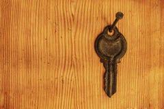 Roestige sleutel op de spijker stock afbeeldingen