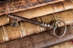 Roestige sleutel op oude boeken Royalty-vrije Stock Foto's