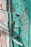 Roestige sleutels in oud deurslot Royalty-vrije Stock Fotografie