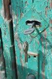 Roestige sleutels in oud deurslot Royalty-vrije Stock Foto's